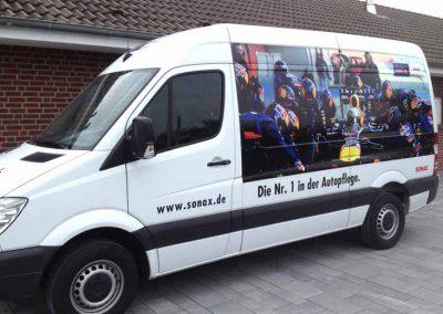 Beschrifteter Spinter-Bus mit Bild auf der Seite, das Sonax-Reinigung zeigt