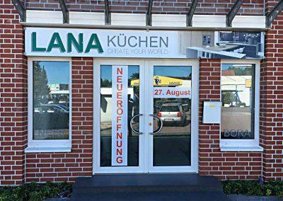 Schaufensterbeschriftung zur Neueröffnung und Dibond-Dchild über dem Eingang der Firma LANA Küchen